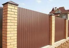 Забор и кирпичные столбы