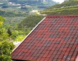 Крыша дома покрыта мягкой черепицей