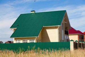 Зеленые крыша и забор