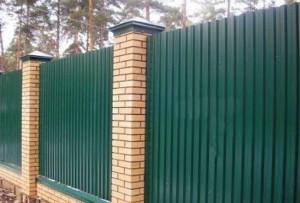Забор высокий зеленый