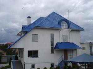 Дом из синей черепицей