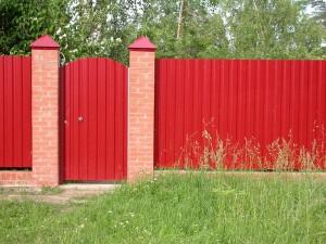 Красный забор и калитка