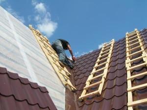 Как поднять листы на крышу