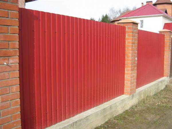 Прочный и надежный забор из металлического листа