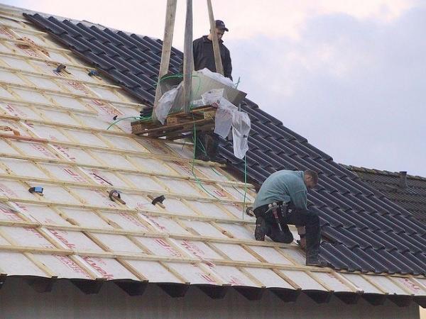 Кроем крышу металлочерепицей своими руками фото