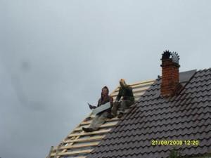 Строители кроют крышу
