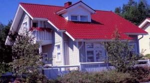 Красивый дом с красной крышей