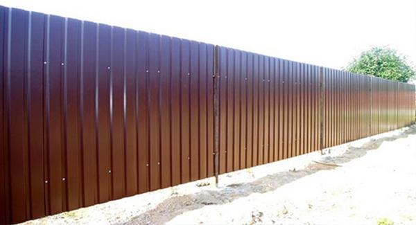 Такой забор возводится за короткое время