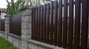 Готовый забор из металлического штакетника