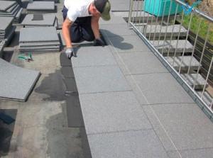 Строитель делает крышу