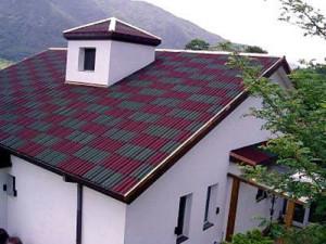 Крыша из серо-красного профнастила
