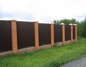 Кирпич и профнастил – строим забор