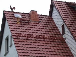 Крыша на доме с петушком