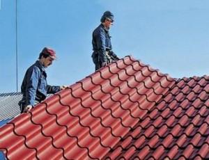 Специалисты монтируют крышу