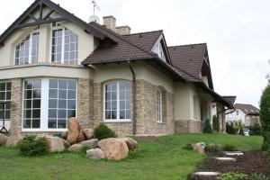 Стены дома отделаны камнем
