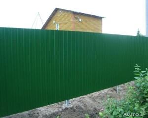 Зеленый высокий забор