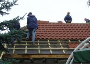 Строители делают крышу