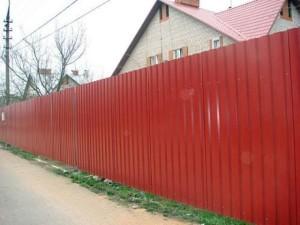 Забор в частном дворе