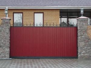 Заборы и ворота из профнастила - конструктивные особенности и эксплуатационные преимущества
